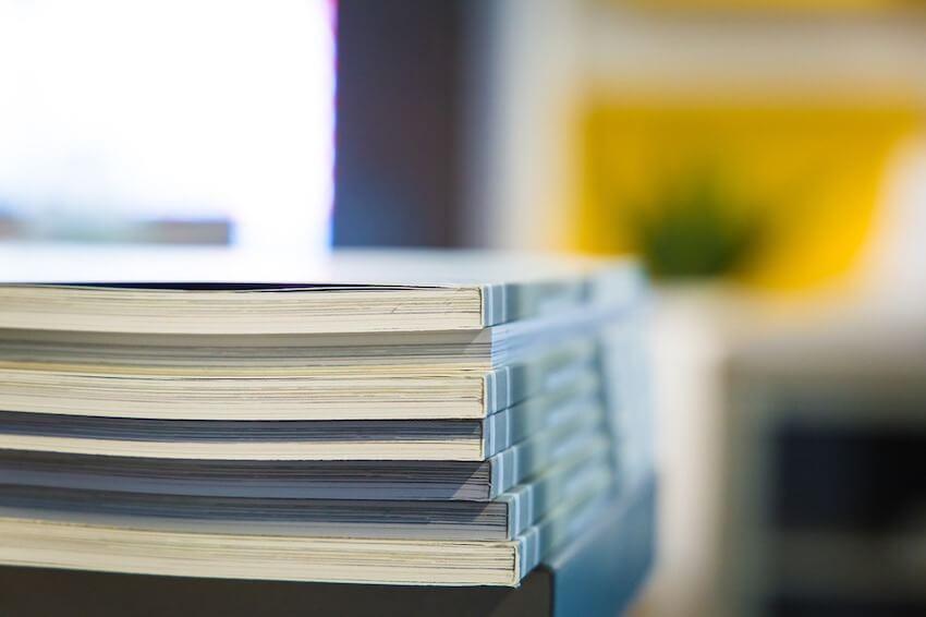 Dekoracija za katalog informacija Centra - slika nekoliko uvezanih dokumenata složenih jedan na drugome