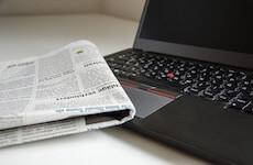 Novine i prijenosno računalo kao simbol aktualnih tema - najavna slika