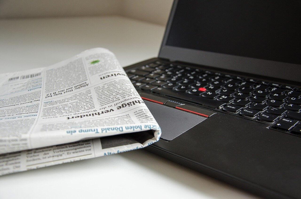 Novine i prijenosno računalo kao simbol aktualnih tema